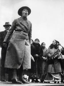 Sylvia Pankhurst, suffragette en dochter van Emmeline Pankhurst, protesteert op Trafalgar Square tegen de Engelse politiek in India. Engeland, 18 januari 1932. Suffragette (women's rights movement) Emmeline Pankhurst protesting the English policy in India. Trafalger Square, Londen, Engeland, [1907-1914].